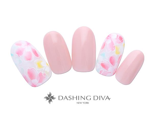 柔らかく上品に彩る桜を指先にとじこめてフェミニンに彩りを