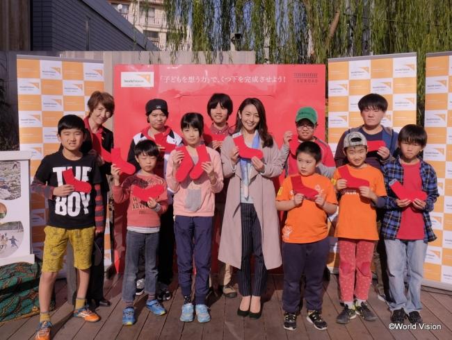 酒井美紀さん(中央)と、参加してくれた子どもたち