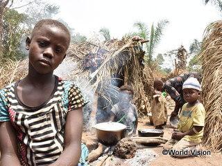 紛争が続く中央アフリカから逃れてきた少女(手前)とその家族(コンゴ民主共和国)