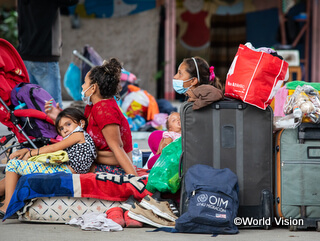 政情不安や食料不足が深刻なベネズエラから逃れる人々。新型コロナによる近隣諸国の国境封鎖のため、待機を余儀なくされています