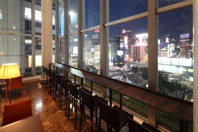 渋谷駅を見下ろすカウンター席