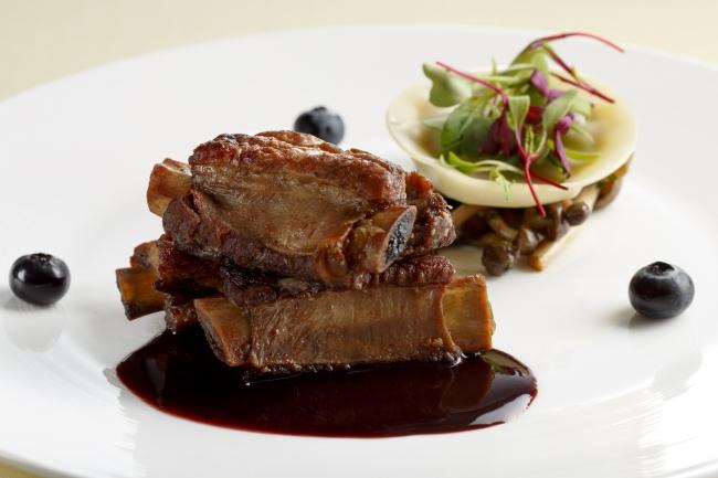 肉料理:宮城野ポークのブルーベリー煮込み~茸とラビオリとともに~