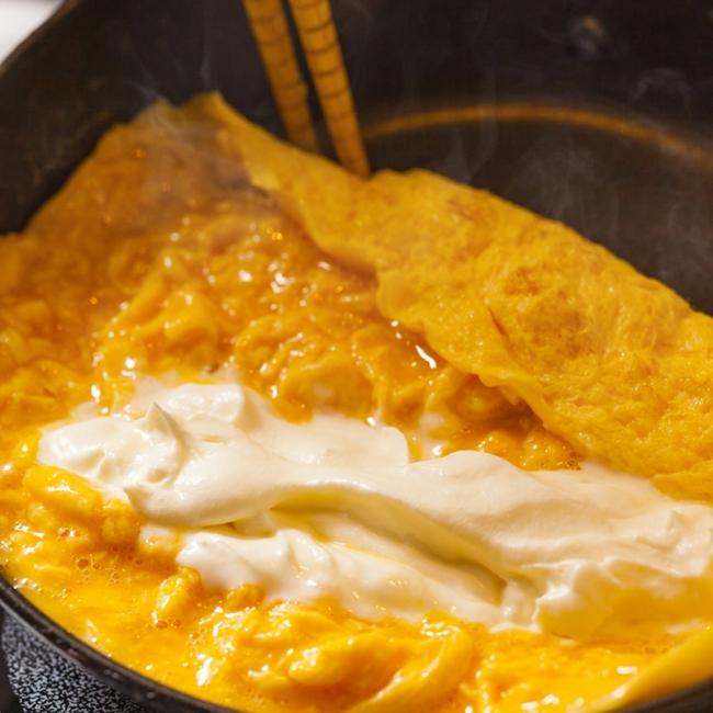 宮城県産蔵王クリームチーズのオムレツ トリュフ風味ソース