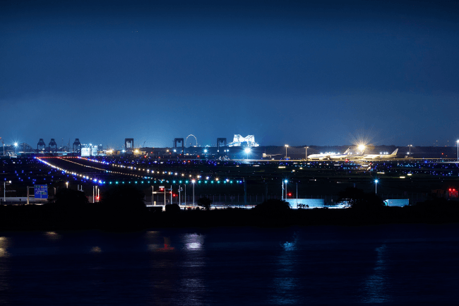 Captain's Grill and Barから望む、羽田空港の夜景