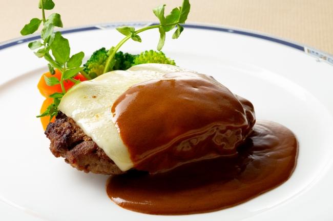 牛タン入りビーフハンバーグステーキとラクレットチーズ デミグラスクリームソース