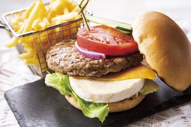 国産牛のBLTダブルチーズハンバーガー フレンチフライとベジチップス添え