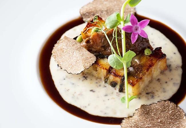 「鰻のミルフィーユ仕立て 茄子で優しくしたタプナードと共に トリュフ風味」イメージ