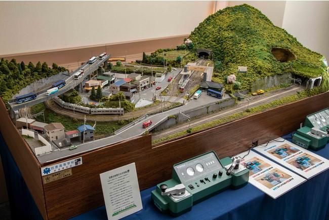 渋谷のホテルの客室に設置された鉄道ジオラマ
