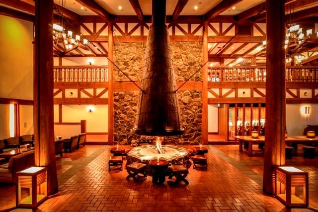 ホテルのシンボル暖炉 山岳リゾートのひとときを彩る