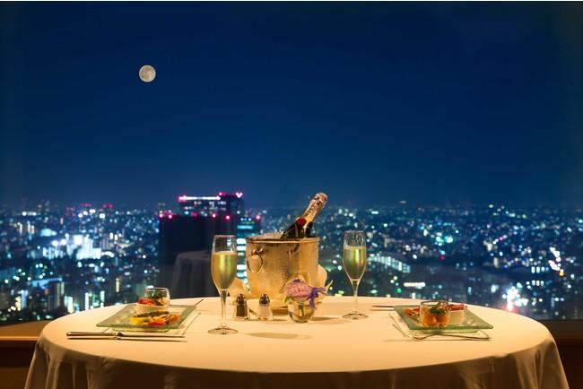 客室で夜景を望むプライベートディナー