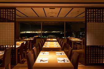 日本料理あづま店内(夜)