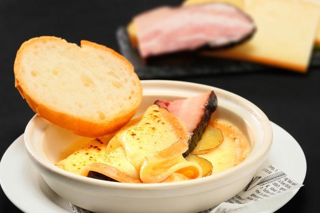"""北海道十勝産""""花畑牧場""""とろ~りラクレットチーズ きたあかりと農家のベーコンを添えて"""