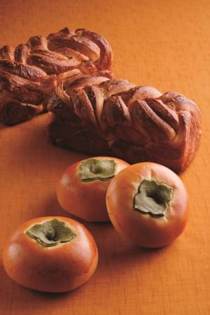 柿のクリームパン(手前)と柿ブレッド(奥)