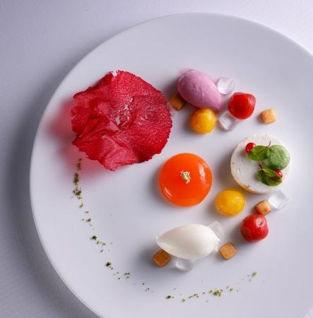 トマトのコンポート カプレーゼ風 ビーツのグラス、チュイル添え