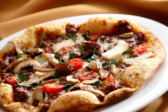 博多和牛スネ肉のラグーソースとキノコのピッツァ