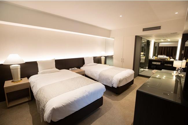 リビングルームとベットルームの間を開放可能な引戸にすることで部屋全体が一つの空間として体感できる