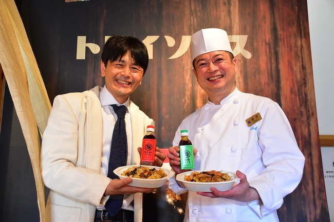 鳥居食品株式会社 鳥居大資代表取締役社長(写真左)と、中国料理 桃花林 調理長 金子勝明