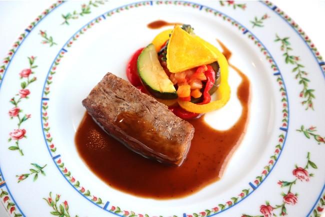 国産牛ロース肉のポワレ ラタトゥイユ添え オリーヴソース