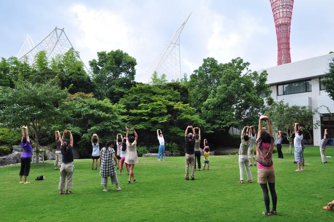 ホテルオークラ神戸】ホテルの庭園でモーニングストレッチ&ラジオ体操 ...