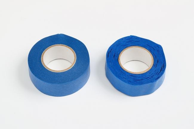【長期保管試験(高温条件での促進試験)】長期間保管した後の外観(左 ペンギンテープ4500  右 一般的なマスキングテープ)