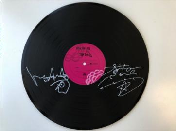 今市隆二(三代目 J Soul Brothers from EXILE TRIBE)とトータス松本(ウルフルズ)の2人のサイン入りレコード型色紙