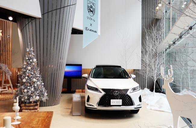 クリスマスツリーや真っ白なオーナメントとともに展示される レクサスRX