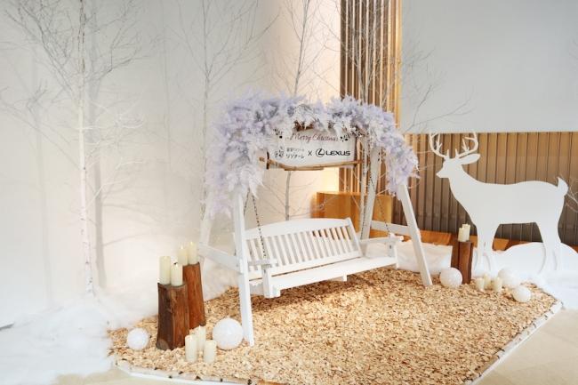 フォトスポットのホワイトクリスマス仕様に装飾されたブランコ