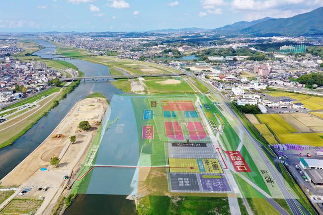会場は、福岡県北部、筑豊地方の直方市を流れる遠賀川の河川敷。筑豊の名山、福知山に抱かれた町です。