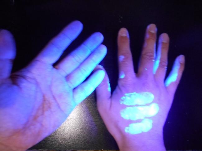 ブラックライトを用いて手洗い実習