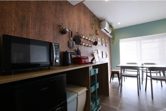 キッチン回りには調理器具、調理家電が揃っている。