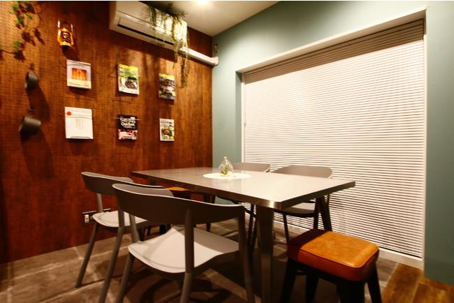 キッチン横にはダイニングテーブルが設置されている。