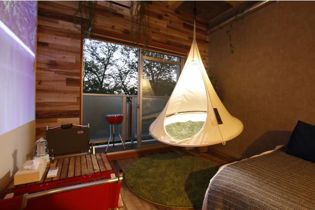 ハンモックテント。バルコニーからは桜並木と川の眺望。