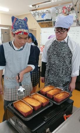 男子学生たちも調理に積極参加