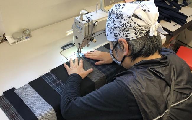 作業所での縫製の様子