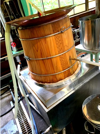 明治時代に姿を消したと言われる「カブト窯式蒸留器」で蒸留
