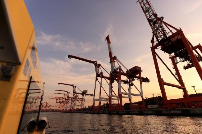 ガントリークレーンに接近して日本一の貿易港・東京を体感。
