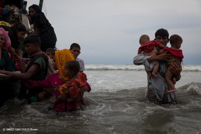 ボートで5時間かけ、避難してきたロヒンギャ難民の人たち。(2017年9月7日撮影) (C) UNICEF_UN0120422_Brown