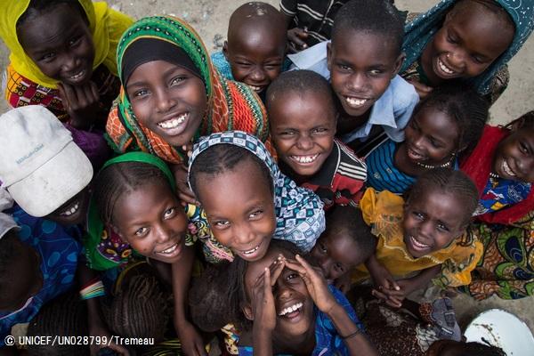 子どもにやさしい空間で遊ぶ子どもたち。  (チャド)2016年8月撮影(C) UNICEF_UN028799_Tremeau