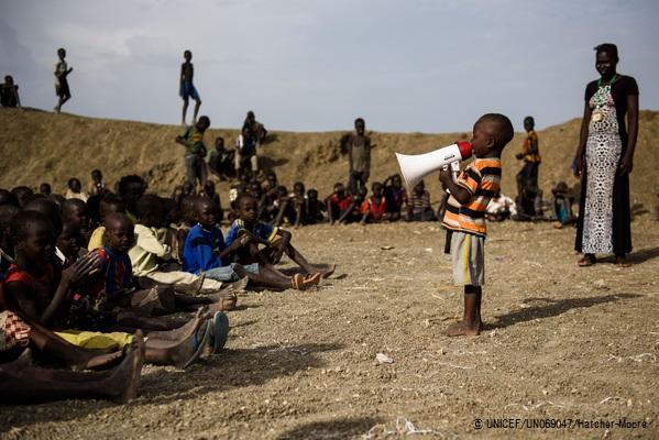 文民保護区で開かれたイベントで、  前に立って話す男の子。  (ベンティウ・南スーダン)2017年4月撮影(C) UNICEF_UN069047_Hatcher-Moore