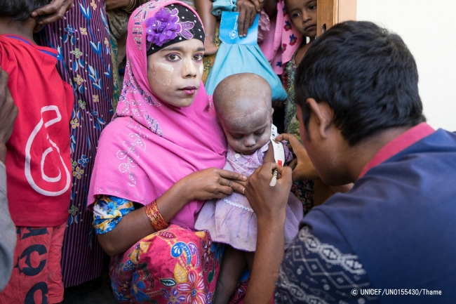 栄養不良の検査を受ける女の子。(2017年12月21日撮影) © UNICEF_UN0155430_Thame