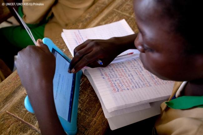 ユニセフ提供のタブレットを使用して勉強する子ども。(カメルーン)2017年10月撮影© UNICEF_UN0143510_Prinsloo