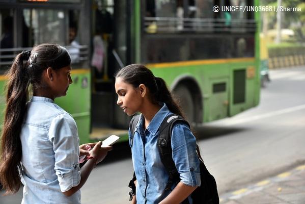 公共の場所で携帯電話を使う子どもたち。(インド)2016年8月撮影© UNICEF_UN036681_Sharma
