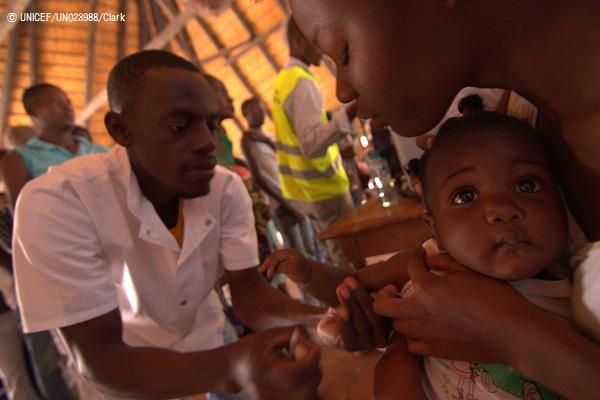 アンゴラで行われたキャンペーンで、黄熱病の予防接種を受ける子ども。(2016年6月撮影) (C) UNICEF_UN023988_Clark