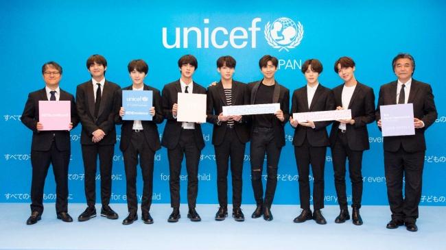 世界的ヒップホップボーイズグループ BTS (防弾少年団)のメンバーと、Big Hit Entertainment社、日本ユニセフ協会の代表者。提供:Big Hit Entertainment