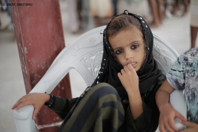 ホデイダでユニセフの緊急人道支援物資を待つ子ども。(2018年6月30日撮影)(C) UNICEF_UN0219934_