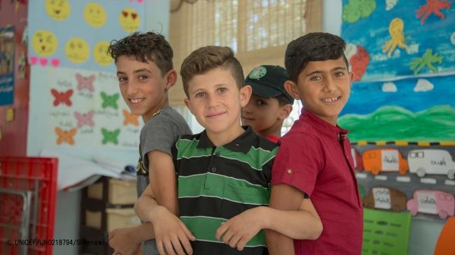 ユニセフが支援するマカニ・センターで、友人とポーズをとるアブドゥル・カディル君(中央)。 (ヨルダン・イルビド) © UNICEF_UN0218794_Shennawi