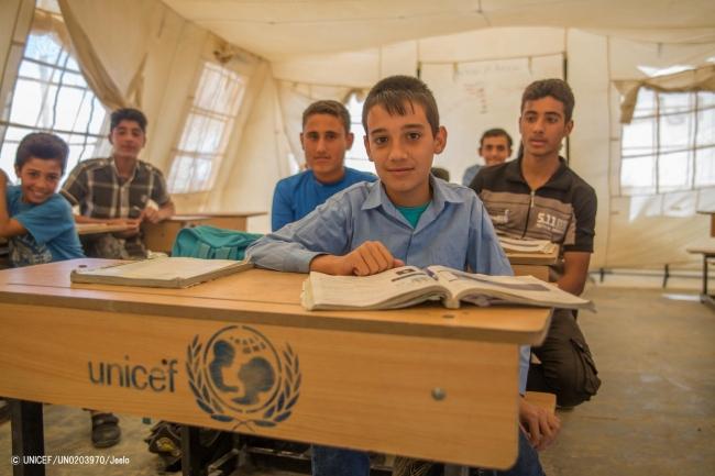 イラク・アンバール県の国内避難民キャンプで、医者になる夢のために勉強する12歳のモハメッド君。(2018年4月撮影) © UNICEF_UN0203970_Jeelo