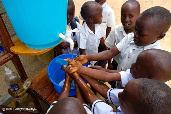 コンゴ民主共和国・ベニの学校で、エボラ出血熱から自分を守る方法を学び、手洗いをする子どもたち。(2018年9月撮影) © UNICEF_UN0235944_Nybo