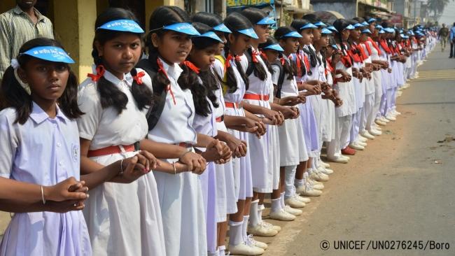 児童婚を根絶するための啓発活動の一環で、インドでは、30万人以上の女の子と女性が手をつなぎ、348キロメートルの人間の鎖をつくった。(C) UNICEF_UN0276245_Boro