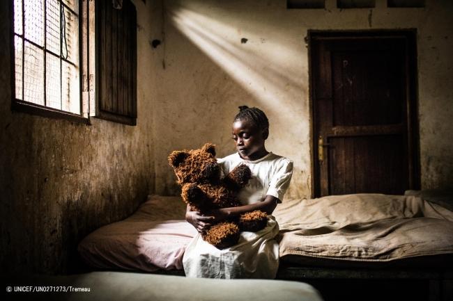 キンシャサで誘拐され、心に傷を負った13歳の女の子。ユニセフは武装グループに徴兵・徴用された子どもたちへの心理社会ケアを続けている。(C) UNICEF_UN0271273_Tremeau
